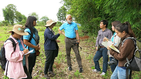 Staff from AVRDC and HRDI discuss trial site selection in Chiang Mai.