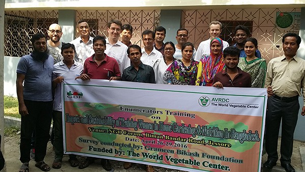 The international research team and GBF enumerators at the project workshop in Jessore, Bangladesh, 29 April 2016. Ghassan Baliki (IGZ, 2nd from left), Tilman Brück (IGZ, 6th from left), Nasir Uddin (Director GBF, 9th from left), Razu Ahmed (AVRDC Country Representative, 3rd from right) and Pepijn Schreinemachers (AVRDC, 6th from right).