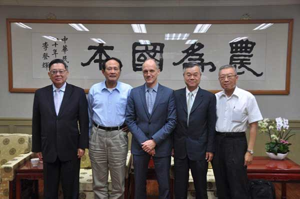 (left to right) Yu-Tsai Huang, World Vegetable Center Board Chair; Chi-Hung Tsao, Agriculture Minister; Marco Wopereis, Director General, World Vegetable Center; Yin-Fu Chang, Deputy Director General for Administration & Services, World Vegetable Center; Jen-Pin Chen, Director General, Agriculture and Food Agency, Council of Agriculture.