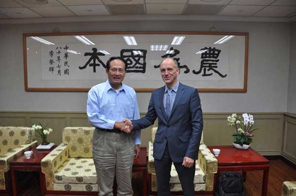 Taiwan's Agriculture Minister Chi-Hung Tsao (left) with World Vegetable Center Director General Marco Wopereis. The two leaders met for a discussion on 11 July 2016 at the Council of Agriculture, Taipei.